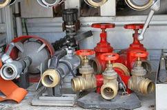 Schuifkleppen en brandlansen van vrachtwagens van brandbestrijders tijdens a Royalty-vrije Stock Foto