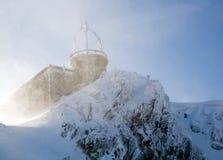 Schuilplaats in blizzard stock afbeelding