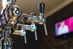 Schuim defogger voor het bottelen van bier in de bar Royalty-vrije Stock Foto's