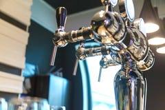Schuim defogger voor het bottelen van bier in de bar Royalty-vrije Stock Afbeelding