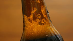 Schuim in een bruine fles bier (close-up, LR Pan) stock footage