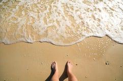 Schuim en voet op zand Stock Afbeeldingen