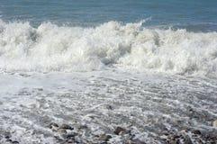 Schuim van water en golven van branding op het overzees Stock Foto