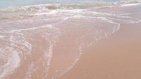 Schuimend water en zand stock video
