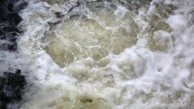 Schuimend water van waterval stock video