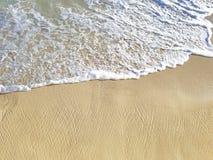 Schuimend zoutwater op strandzand royalty-vrije stock foto