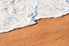 Schuimende golf op de kust royalty-vrije stock foto's