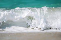 Schuimende golf van blauwe oceaan Strand en tropisch overzees wit schuim royalty-vrije stock fotografie