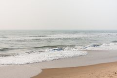 Schuimende golven op kalm strand Royalty-vrije Stock Foto