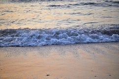Schuimende golven op ochtendkust Royalty-vrije Stock Foto's
