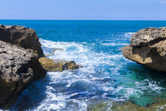 Schuimende golven tussen reusachtige rotsen Royalty-vrije Stock Afbeeldingen