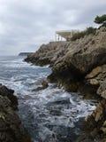 Schuimende Kroatische rotsachtige kust in de ochtend Royalty-vrije Stock Foto's