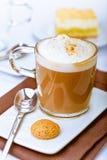 Schuimende mok aromatische cappuccino's Royalty-vrije Stock Fotografie