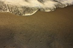 Schuimende overzeese zout watergolf golfonderbrekingen calmly op de oever zandige kust van het Tyrrhenian strand stock fotografie