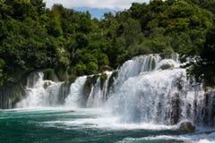 Schuimende watervalstroomversnelling die neer door cascades van waterval Skradinski Buk, Kroatië vallen Stock Afbeelding