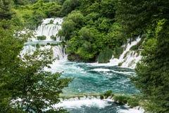 Schuimende watervalstroomversnelling die neer door cascades van waterval Skradinski Buk, Kroatië vallen Royalty-vrije Stock Afbeeldingen