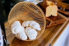 Schuimgebakje binnen het weven van mand Snoepje en smelting in uw mond Franse, Spaanse, Zwitserse, en Italiaanse keuken royalty-vrije stock foto's