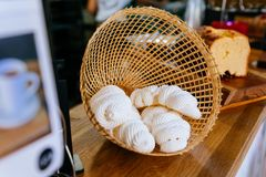 Schuimgebakje binnen het weven van mand Snoepje en smelting in uw mond Franse, Spaanse, Zwitserse, en Italiaanse keuken stock foto