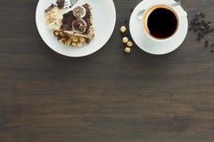 Schuimgebakjecake met hazelnoten en buttercream Stock Afbeeldingen