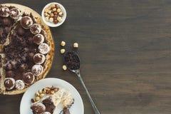 Schuimgebakjecake met hazelnoten en buttercream Royalty-vrije Stock Afbeeldingen