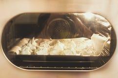 Schuimgebakjes die op uitstekende oven koken Royalty-vrije Stock Foto's