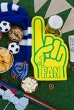 Schuimhand, snacks en voetballen op kunstmatig gras Royalty-vrije Stock Afbeeldingen