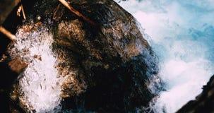 Schuimwater in rivier stock footage