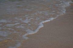 Schuimzeewater op het witte zandstrand Royalty-vrije Stock Afbeeldingen