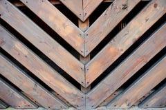 Schuine houten latjes Schuin in entrepot van 45 graden Omheining, het schermen Stock Foto's