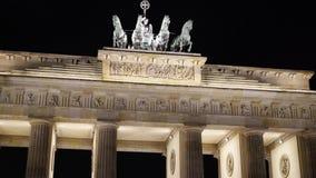Schuine stand omhoog van de Poort van Brandenburg bij nacht, Potsdam, Duitsland stock videobeelden