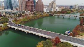 Schuine stand onderaan luchtmening van de Straatbrug van S eerste in Austin Texas stock video