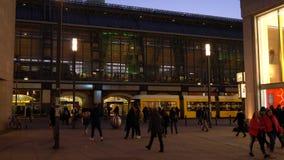 Schuine stand onderaan nachtvideo van Alexanderplatz-Station en Berliner TV-Toren stock footage