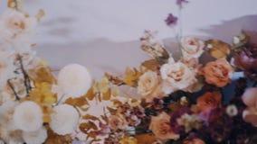 Schuine stand in schuine stand uit van de lijst wordt van het huwelijksdiner met bloemen wordt verfraaid geschoten die stock video