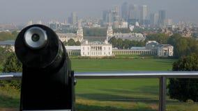 Schuine stand van het park van Greenwich aan de klassieke mening van Canary Wharf wordt geschoten dat stock videobeelden