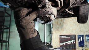 Schuine stand van mechanisch wordt geschoten vastmakend de versnellingsbak aan de motor die stock videobeelden