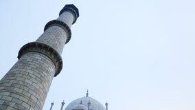 Schuine stand van Taj Mahal, Agra, Uttar Pradesh, India omhoog wordt geschoten dat stock footage