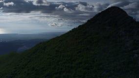 Schuine stand vanaf bergtop down aan het winden van weg stock videobeelden