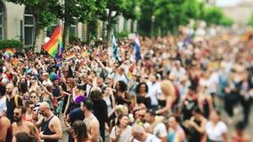 Schuine stand-verschuiving lens bij vrolijke LGBT-trots stock video