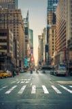 Schuine stand-verschuiving mening van een zebrapad in een de stadsweg van New York royalty-vrije stock fotografie