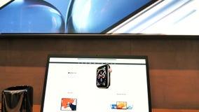 Schuine stand-versla aan de computer van Apple Mac Mini 2018 en de Vertoning van LG 5k stock video