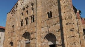Schuine standmening van San Michele Basilica in Pavia, Itali? stock video