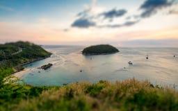 Schuine standverschuiving van tropisch oceaanlandschap met een klein eiland stock fotografie
