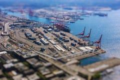 Schuine standverschuiving van verschepende haven met containers en ladend vervoerschip met lading Royalty-vrije Stock Afbeeldingen