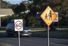 Schulüberfahrt-Geschwindigkeitszeichen Stockfotografie