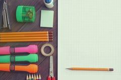 Schulübungsbuch mit Bleistiften und Markierungen Lizenzfreie Stockfotografie
