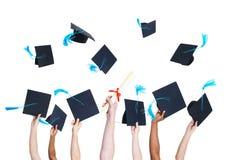Schulabgänger Throwing Graduation Hats lizenzfreies stockfoto