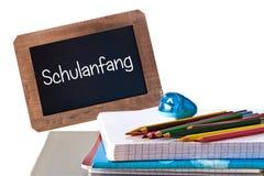 Schulanfang (Bedeutung zurück zu Schule) geschrieben auf schwarze Tafel Stockbilder