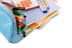 Schulausrüstung, Bleistiftkasten, Versorgungen mit dem Taschenrechner lokalisiert auf weißem Hintergrund Stockfoto