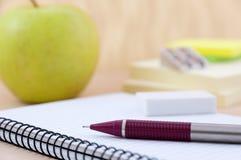 Schulausrüstung mit Apfel Stockfoto