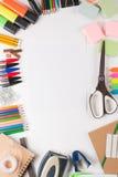 Schulausrüstung mit Papier Lizenzfreie Stockfotos